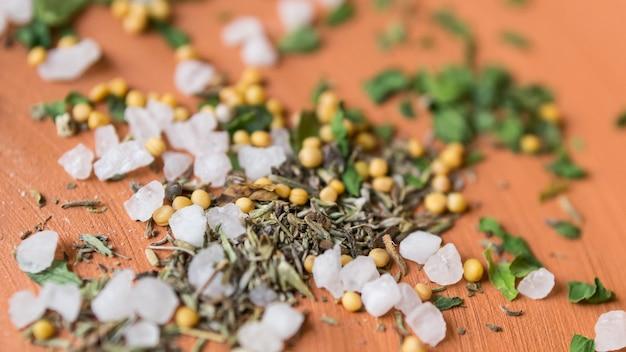 Visão macro do sal marinho no prato
