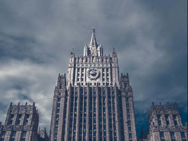 Visão mística do edifício do ministério das relações exteriores da federação russa.