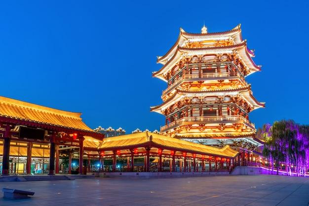 Visão noturna da arquitetura clássica, xi'an, china.