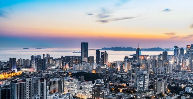 Visão noturna da arquitetura da costa de qingdao e horizonte urbano