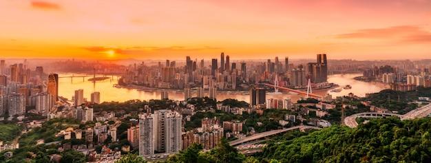 Visão noturna da arquitetura de chongqing e horizonte urbano