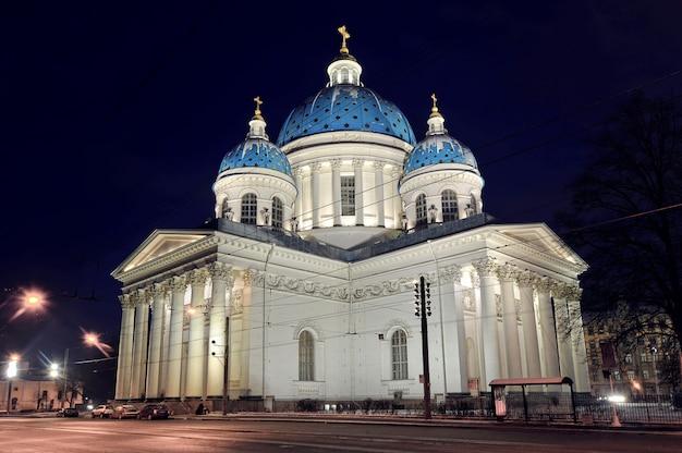 Visão noturna da catedral troitsky em são petersburgo, rússia