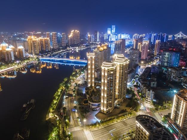Visão noturna da cidade de fuzhou, província de fujian, china