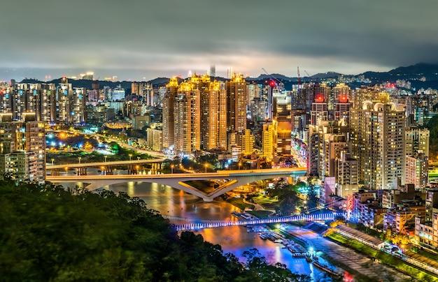 Visão noturna da cidade de new taipei no distrito de xindian, taiwan