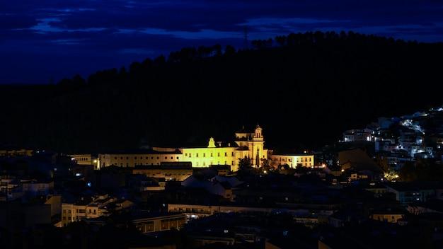 Visão noturna da cidade histórica de cuenca espanha