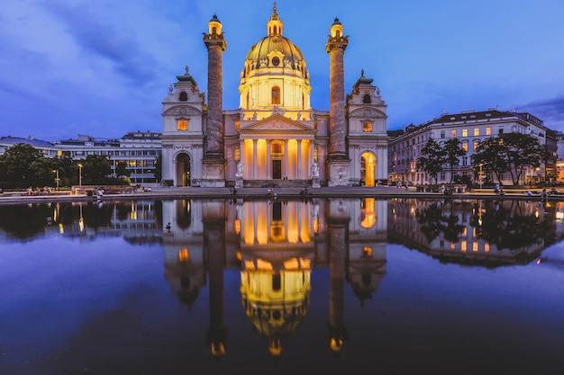 Visão noturna da famosa igreja de são carlos na karlsplatz em viena na áustria