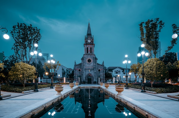 Visão noturna da igreja medieval