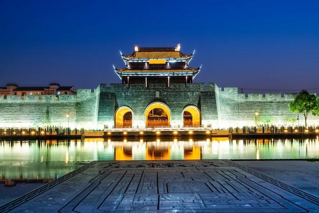 Visão noturna da muralha da cidade antiga de pingmen, suzhou