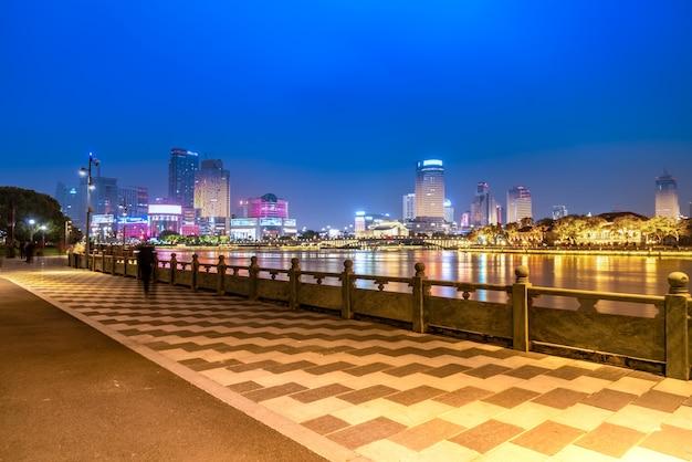 Visão noturna da paisagem arquitetônica do centro da cidade de ningbo
