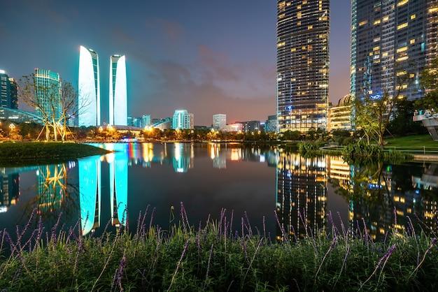 Visão noturna da paisagem arquitetônica do centro financeiro de chengdu, sichuan