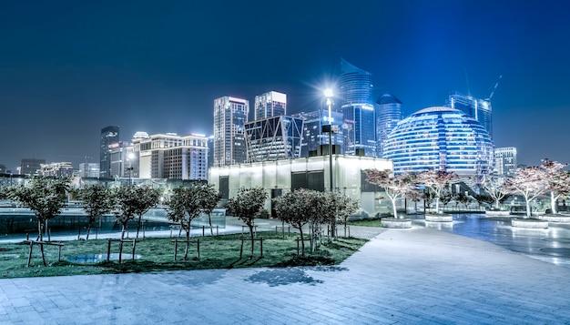Visão noturna da paisagem arquitetônica e do horizonte urbano no distrito financeiro de hangzhou