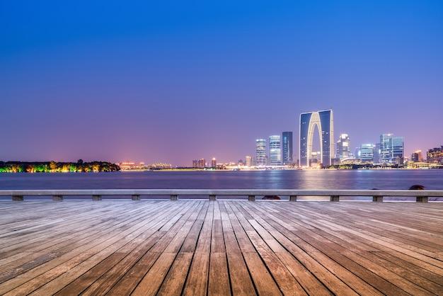 Visão noturna da paisagem arquitetônica no distrito financeiro do lago jinji, suzhou