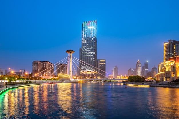 Visão noturna da paisagem de arquitetura urbana em tianjin, china