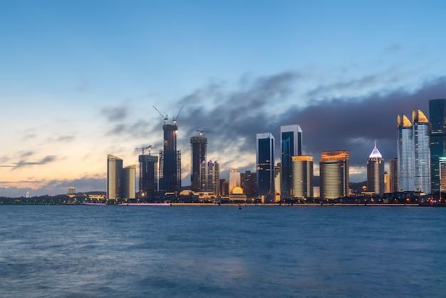 Visão noturna da paisagem de arquitetura urbana moderna em qingdao