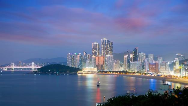 Visão noturna da praia de haeundae. a praia de haeundae é a praia mais popular de busan na coréia do sul.