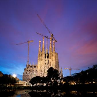 Visão noturna da sagrada família, uma grande igreja católica romana em barcelona, espanha