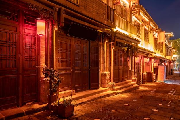 Visão noturna das ruas da cidade em chongqing