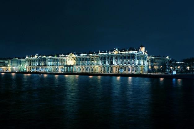 Visão noturna de ano novo do hermitage em são petersburgo, rússia