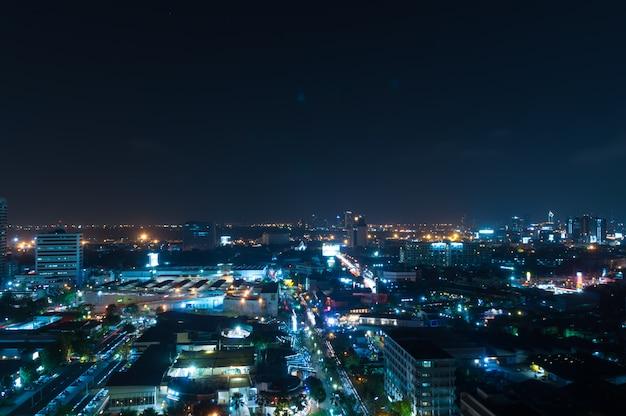 Visão noturna de bangkok com arranha-céus