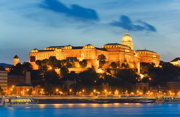 Visão noturna de budapest royal palace. exposição longa.