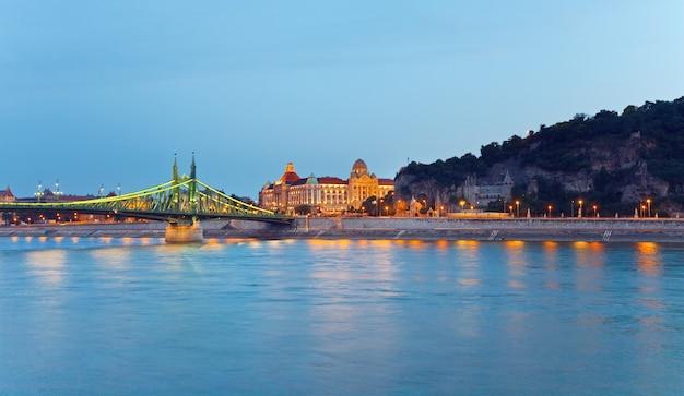 Visão noturna de budapeste. exposição longa. marcos húngaros, freedom bridge e gellert hotel palace.