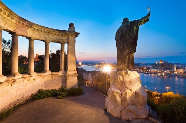 Visão noturna de budapeste. o monumento ao bispo gellert