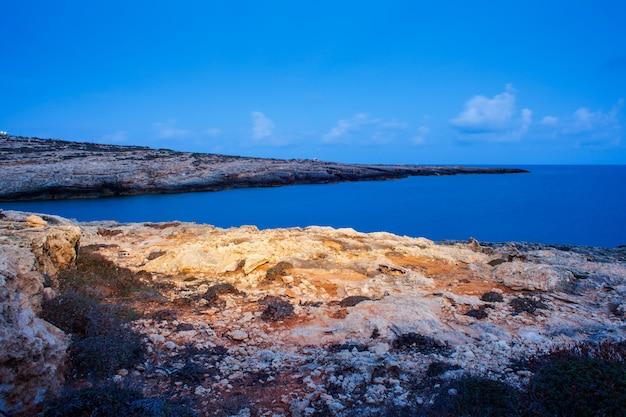 Visão noturna de cala greca em lampedusa