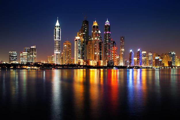 Visão noturna de dubai emirates towers
