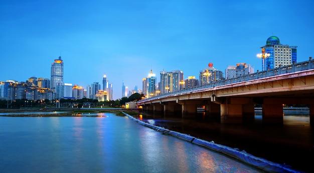 Visão noturna de edifícios altos da cidade