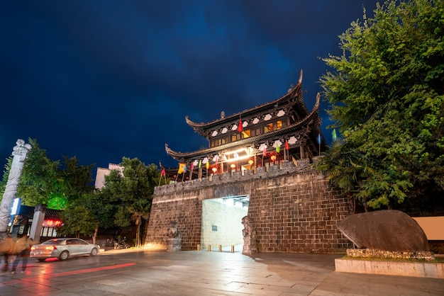 Visão noturna de edifícios de ruas na antiga cidade de huizhou