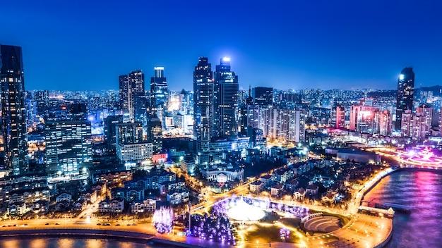 Visão noturna de edifícios modernos da cidade em qingdao, china