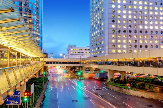 Visão noturna de hong kong, viaduto rodoviário e pedonal.