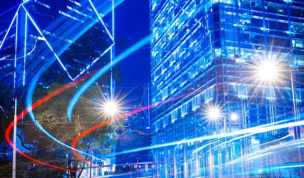 Visão noturna de luzes borradas em uma cidade