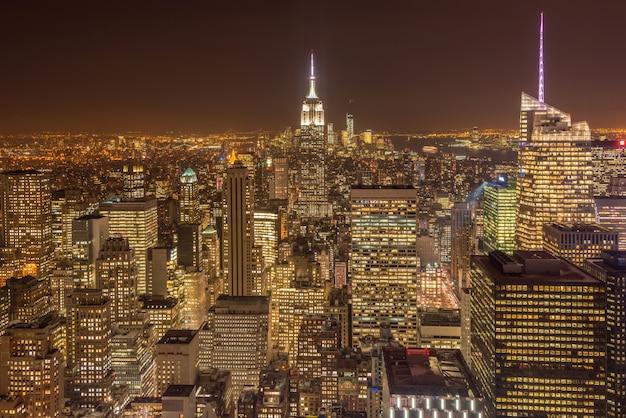 Visão noturna de nova york manhattan durante o pôr do sol