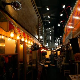 Visão noturna de praça de alimentação tradicional japonesa