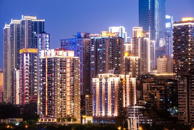 Visão noturna de prédios urbanos