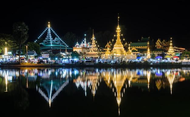 Visão noturna de templos de estilo birmanês em mae hong son, tailândia