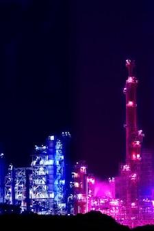 Visão noturna de uma planta de refinaria de petróleo