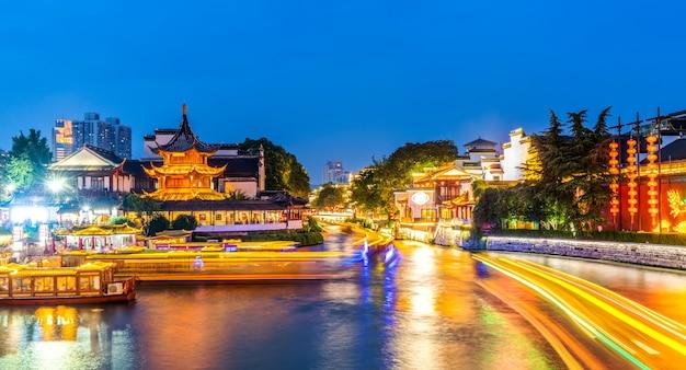 Visão noturna do antigo rio arquitetônico em nanjing