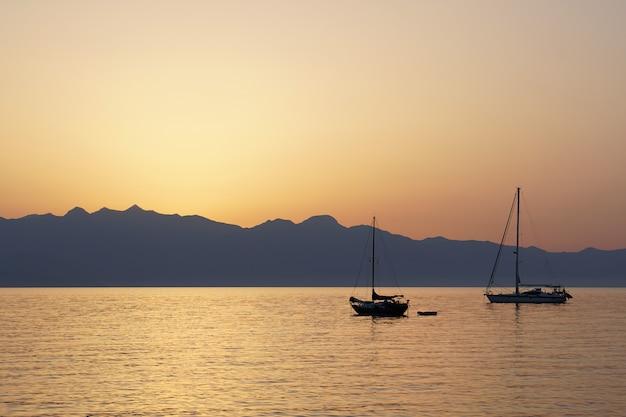 Visão noturna do belo porto de koroni, sudoeste do peloponeso