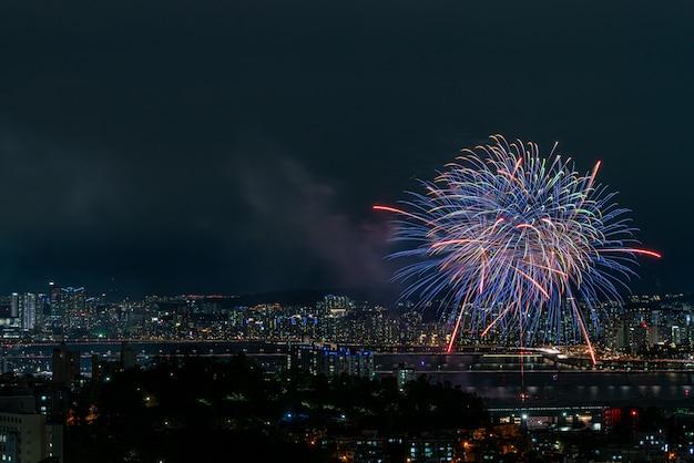 Visão noturna do cenário do festival internacional de fogos de artifício de seul