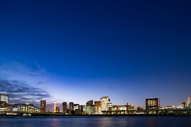 Visão noturna do centro da cidade de tóquio