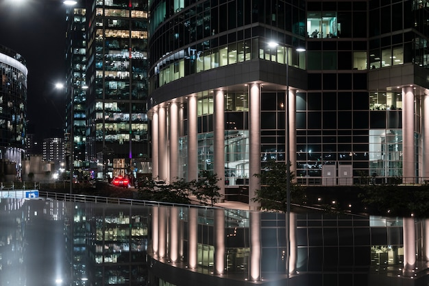 Visão noturna do centro internacional de negócios de moscou. o conceito de arquitetura, negócios Foto Premium