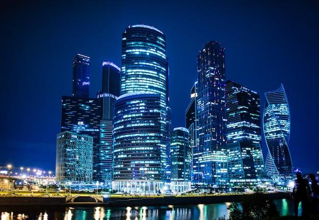 Visão noturna do centro internacional de negócios de moscou
