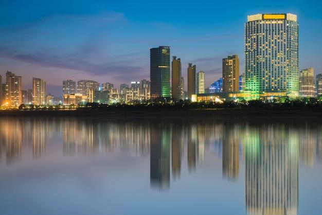 Visão noturna do céu da noite da cidade, china nanchang