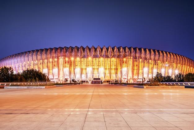 Visão noturna do estádio arquitetônico moderno