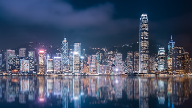 Visão noturna do horizonte da paisagem arquitetônica de hong kong