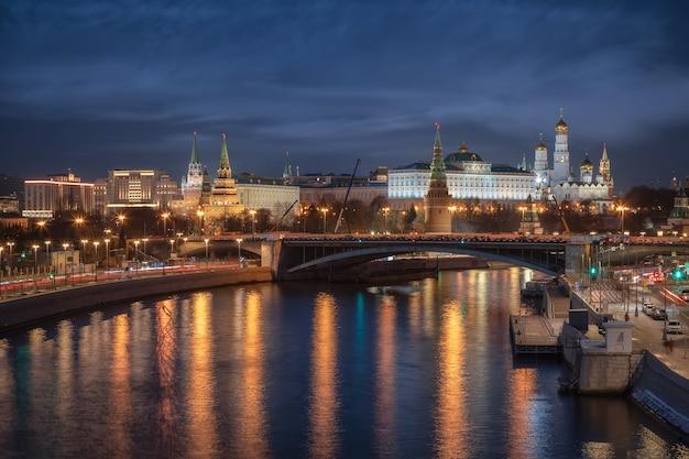 Visão noturna do kremlin de moscou e do rio moskva