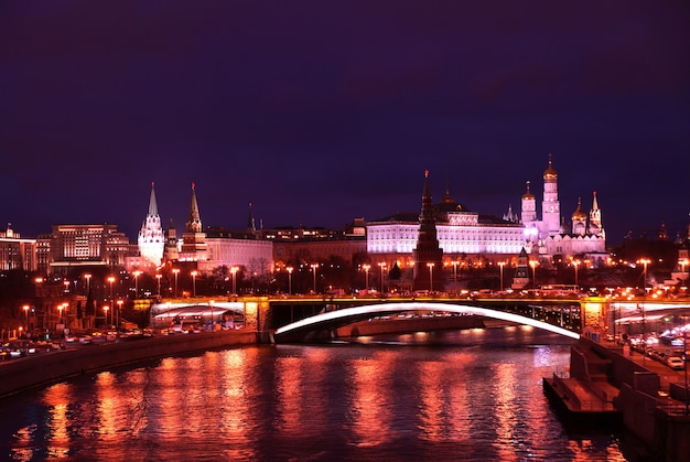 Visão noturna do kremlin do rio moskva em moscou