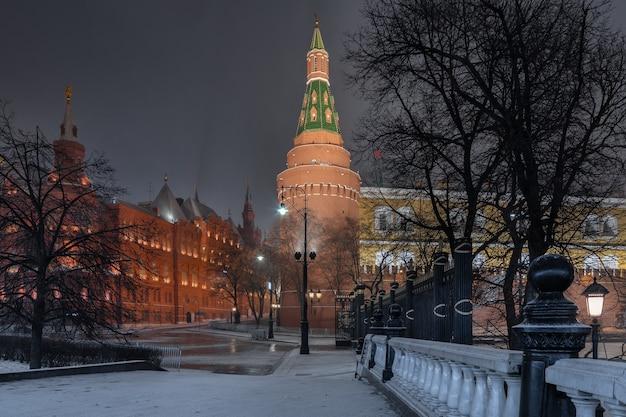 Visão noturna do kremlin e alexander garden moscou rússia